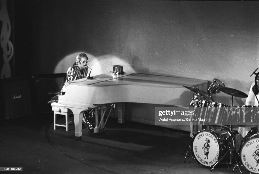 Elton John Performs At The 1972 Royal Variety Performance : ニュース写真