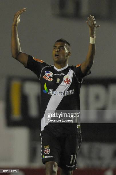 Elton of Vasco da Gama celebrate a goal during a match between Vasco da Gama and Universidario as part of Quarterfinals of Bridgestone South American...