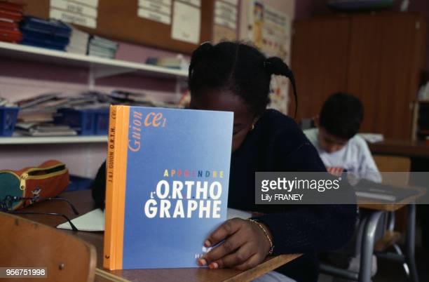 Elève en classe dans une école primaire à Gentilly en 200 dans le ValdeMarne France