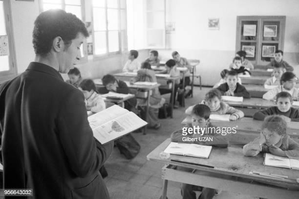Elèves dans la salle de classe d'une école de filles à Ouadhia en avril 1975 Algérie