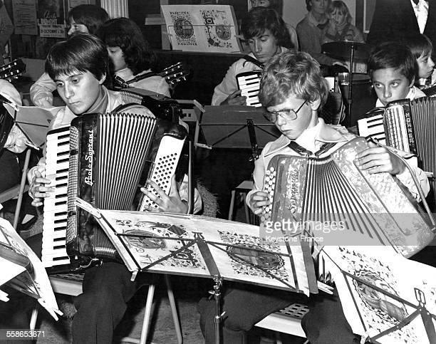 Elèves d'une école d'accordéon France circa 1960