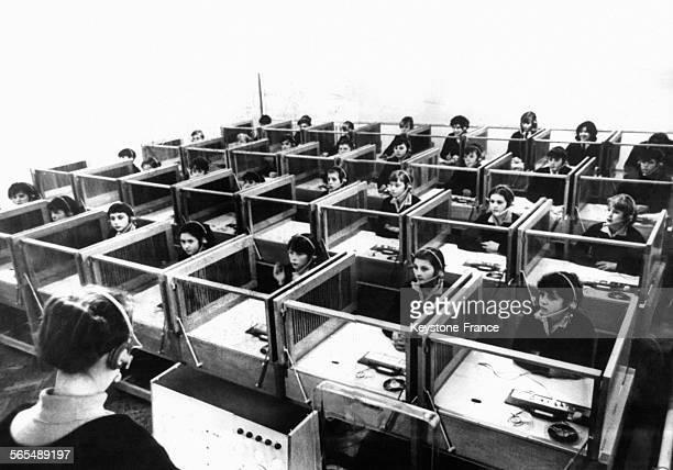 Elèves en classe dans un laboratoire de langues le 25 novembre 1964 à Oldham RoyaumeUni