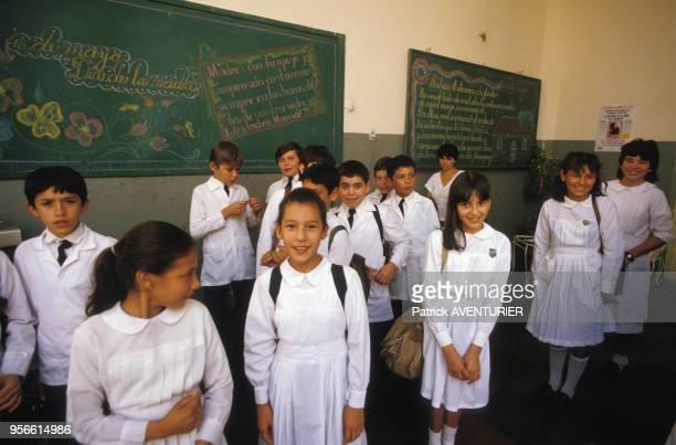 Elèves en uniforme dans une salle de classe le 2 juin 1986 au Paraguay