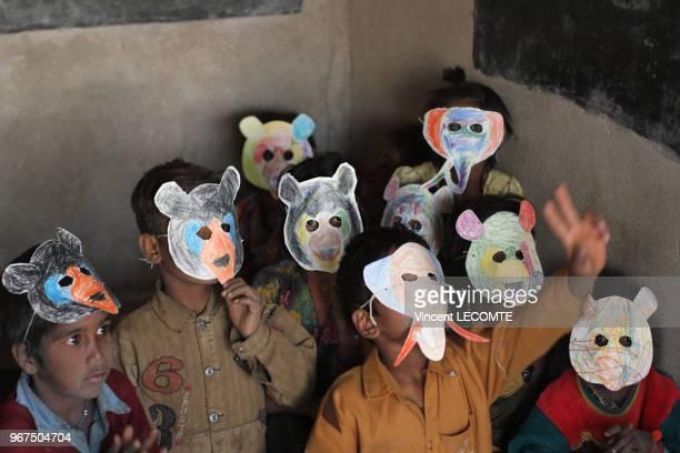 Elèves indiens portant des masques d'animaux confectionnés en classe lors dune activité pédagogique proposée par une ONG locale à des enfants...