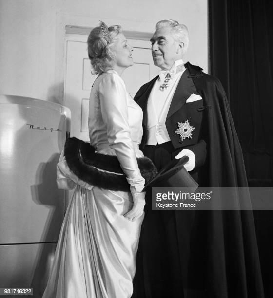 Elvire Popesco et Jacques Francen dans la pièce de théâtre 'Tovaritch' de et mise en scène par Jacques Deval au théâtre de la Madeleine à Paris en...