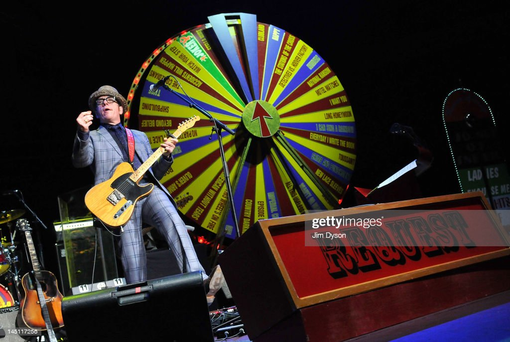 Elvis Costello Performs At The Royal Albert Hall : Photo d'actualité