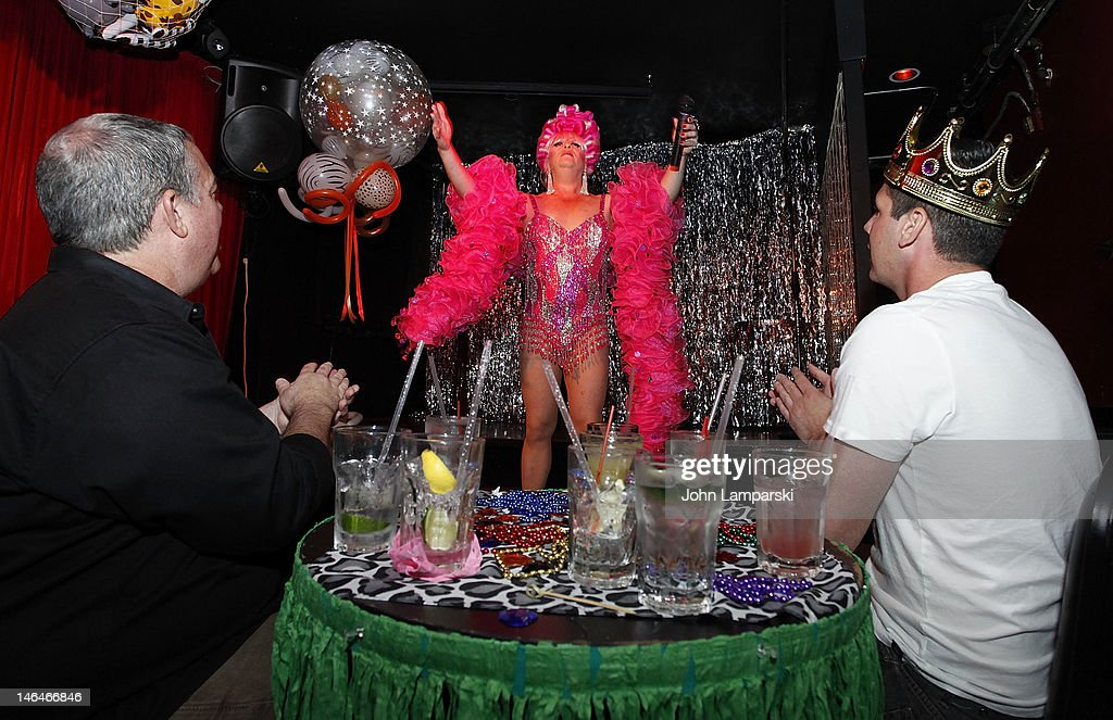 Elvis Duran Hosts Exclusive Surprise Birthday For His Partner Alex Carr : News Photo