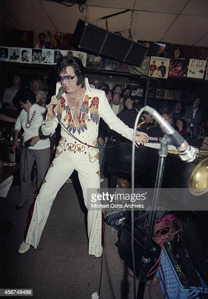 Elvis impersonator and songwriter Pete Wilcox performs at a Hal Blaine book release party at Don Randi's club The Baked Potato on April 19 1990 in...