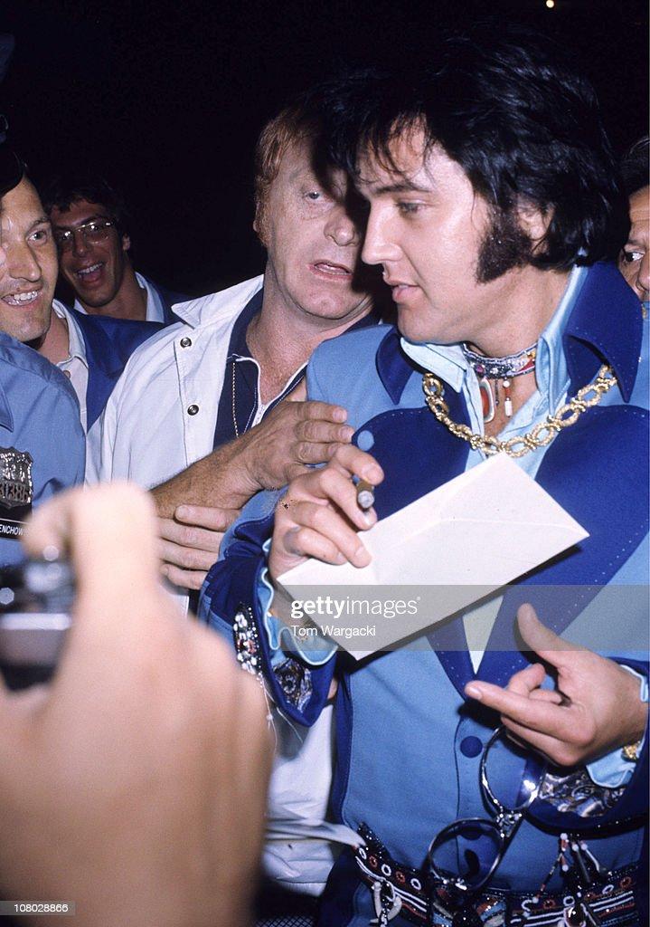 Elvis Presley Arrives At The Hilton Inn - June 21, 1973 : News Photo