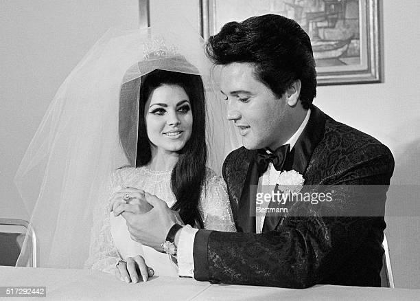 Elvis Presley shows off his wife Princilla's threecarat diamond wedding ring on their wedding day in Las Vegas