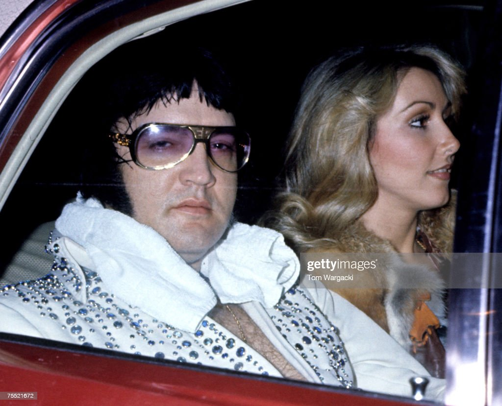 Elvis Presley With Girlfriend Linda Thompson Arrive At Hotel After Concert - March 21, 1976 : News Photo