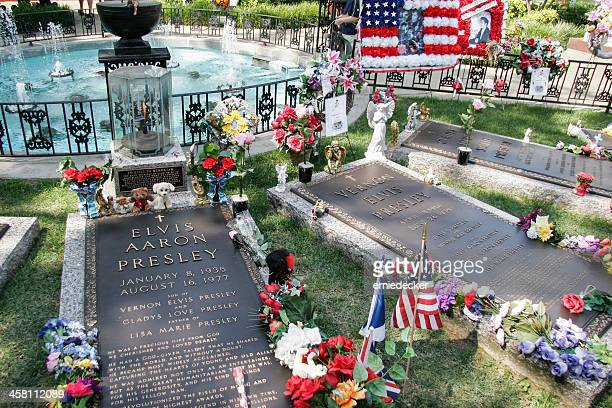 elvis presley's grave - graceland stock pictures, royalty-free photos & images