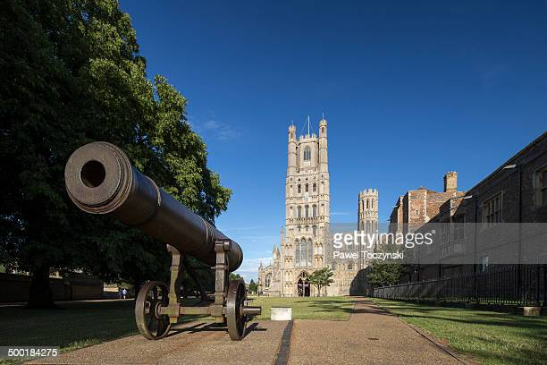 ely cathedral along with crimean war cannon - ケンブリッジシャー州 ストックフォトと画像