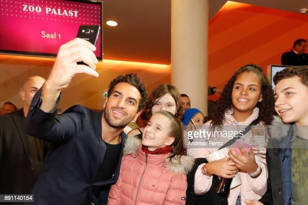 Elyas M'Barek poses with supporters during the 'Dieses bescheuerte Herz' premiere on December 12 2017 in Berlin Germany