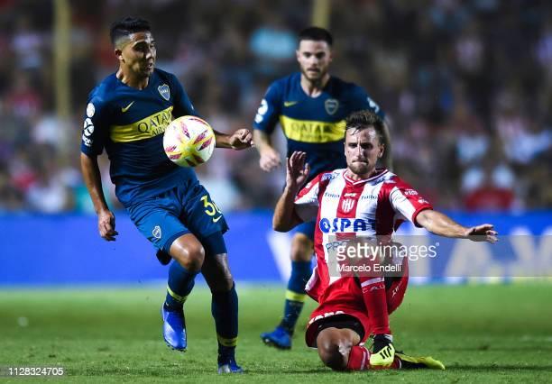 Emanuel Reynoso of Boca Juniors drives the ball during a match between Union and Boca Juniors as part of Superliga 2018/19 at Estadio 15 de abril on...