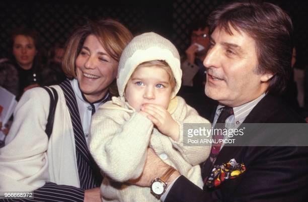 Emanuel Ungaro en famille lors des presentations de mode AutomneHiver en janvier 1993 à Paris France
