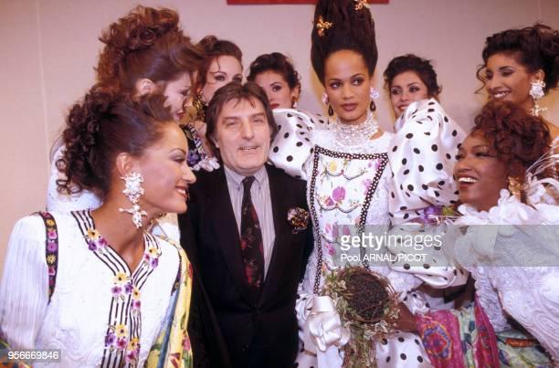 Emanuel Ungaro entouré de ses mannequins dont Katoucha lors des présentations de mode AutomneHiver en janvier 1993 à Paris France