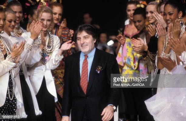 Emanuel Ungaro sur le podium entouré de mannequins lors des défilés Prêtàporter PrintempsEté 1993 en octobre 1992 à Paris France