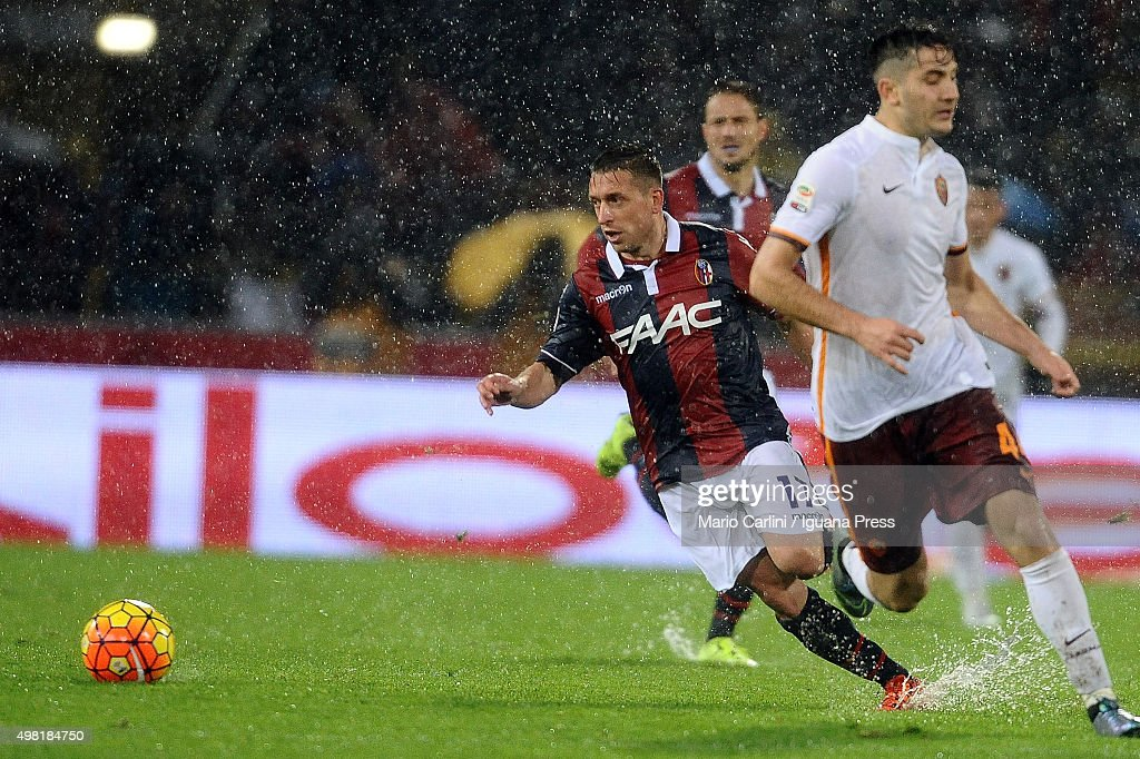 Emanuele Giaccherini # 17 of Bologna FC in action during the Serie A match between Bologna FC and AS Roma at Stadio Renato Dall'Ara on November 21, 2015 in Bologna, Italy.