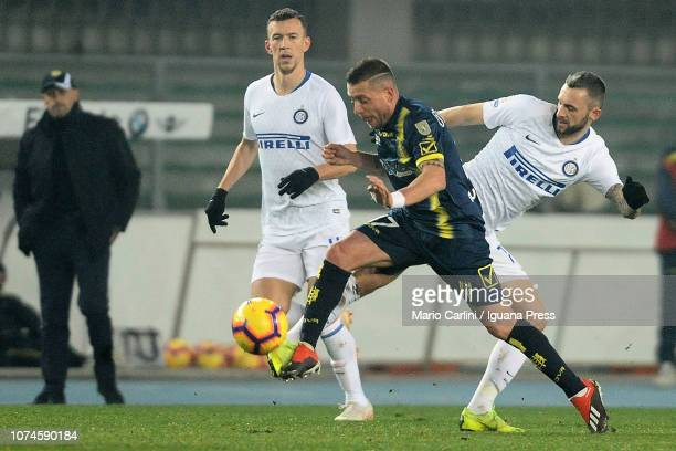 Emanuele Giaccherini of Chievo Verona in action during the Serie A match between Chievo Verona and FC Internazionale at Stadio Marc'Antonio Bentegodi...