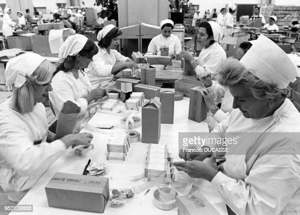 Emballage des médicaments dans le laboratoire pharmaceutique Labaz à Bordeaux en 1984 en Gironde France