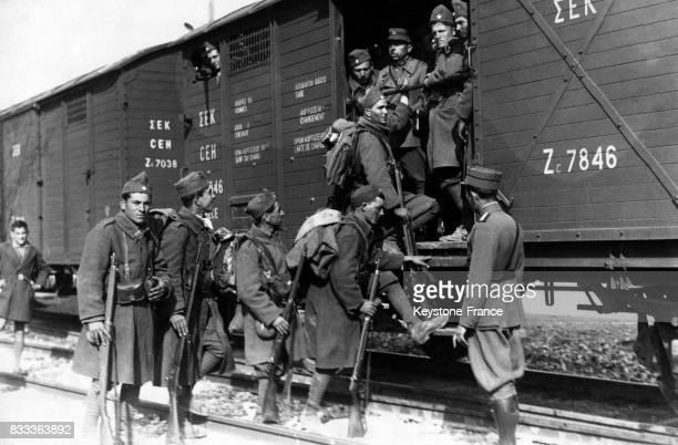 Embarquement des soldats pour la Macédoine à Athènes Grèce le 9 mars 1935