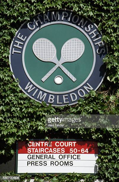 emblem at centre court, wimbledon - torneo di tennis foto e immagini stock
