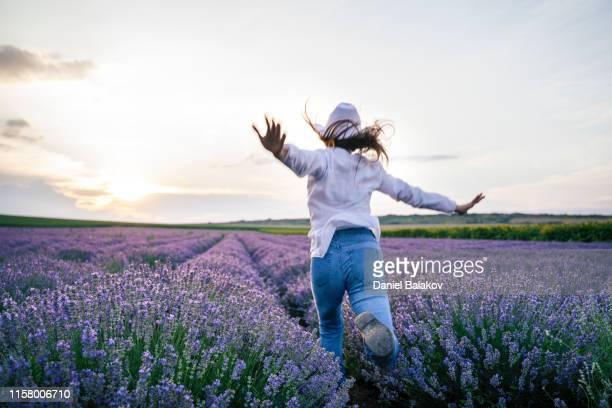 embrassez la nature. profitez des journées de lavande à bras ouverts. - s'évader du réel photos et images de collection