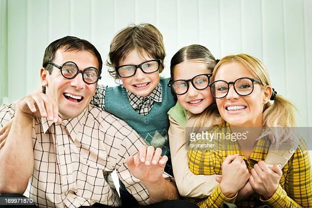 Begeistert Familie nerds, lächelt in die Kamera.