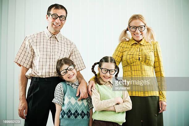 nerd Familie begrüßt Sie in die Kamera blickt.