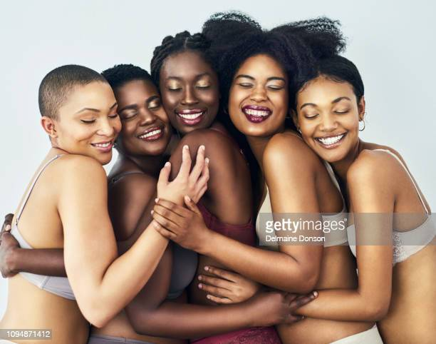 embrassant la beauté unique des uns et des autres - human body part photos et images de collection
