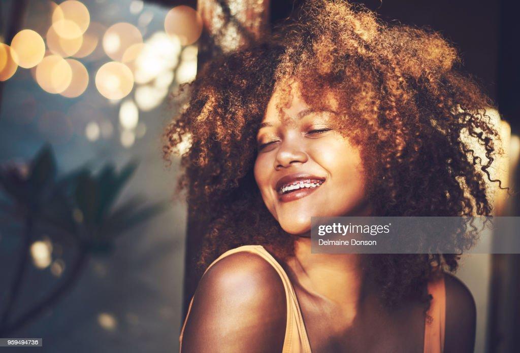 Umarmen ihr schönes lockiges Haar und loving it : Stock-Foto