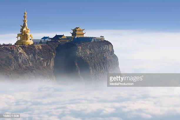 a emeishan jinding templo em 3000 m acima do nível do mar - templo - fotografias e filmes do acervo