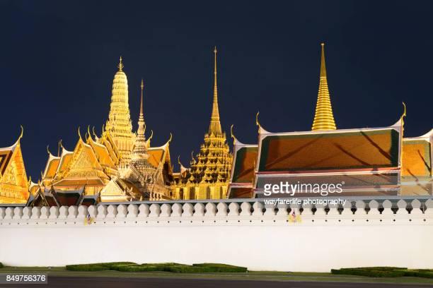 emerald buddha temple, wat phra kaeo or grand royal palace, bangkok, thailand - grand palace - bangkok stock pictures, royalty-free photos & images