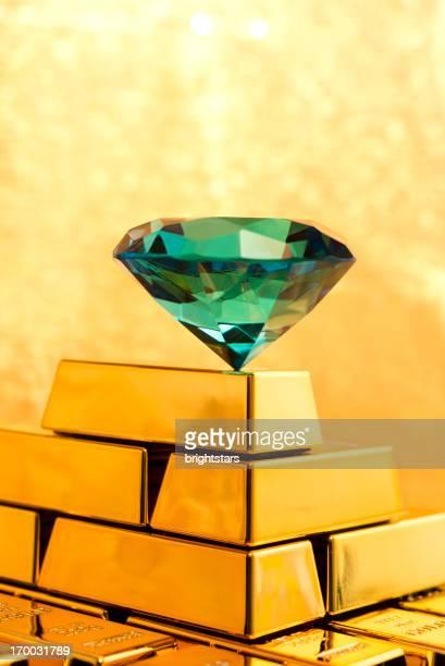 エメラルドのダイヤモンドの上にゴールドのピラミッド型