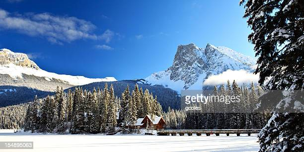emerald lake lodge winter island - canadian rockies stockfoto's en -beelden