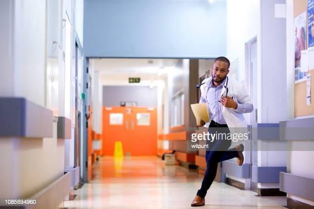 救急ドクター実行 - 白衣 ストックフォトと画像