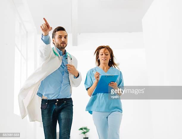 緊急病院での廊下。 - 白衣 ストックフォトと画像