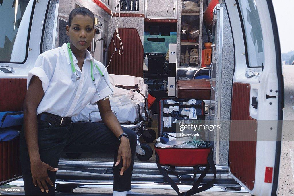 Emergency medical technician at back of ambulance : Stockfoto