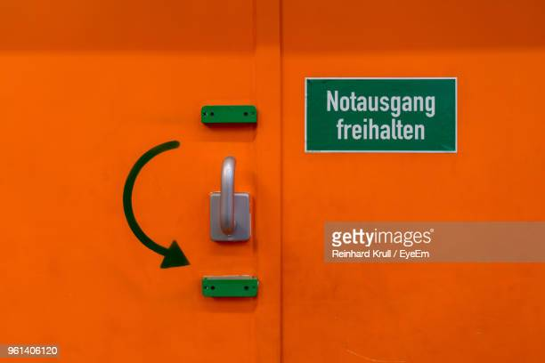 emergency metal door with handle and text - curved arrows stock-fotos und bilder