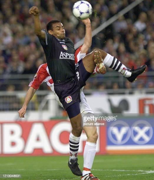Emerson von Bayer 04 Leverkusen in einer Spielszene mit Fredi Bobic vom VfB Stuttgart bei einer Bundesligabegegnung der beiden Vereine am im...
