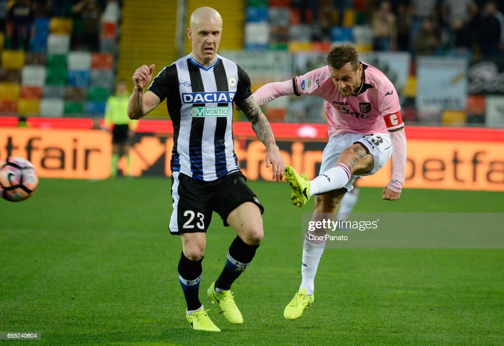 Emil Hallfredsson (L) of Udinese Calcio competes with Alessandro Diamanti of US Citta di Palermo during the Serie A match between Udinese Calcio and US Citta di Palermo at Stadio Friuli on March 19, 2017 in Udine, Italy.
