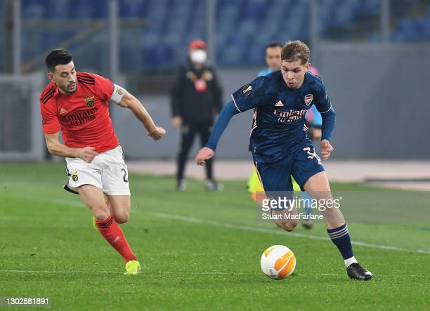 Emile Smith Rowe of Arsenal takes on Pizzi of Benfica during the UEFA Europa League Round of 32 match between SL Benfica and Arsenal FC at Stadio...