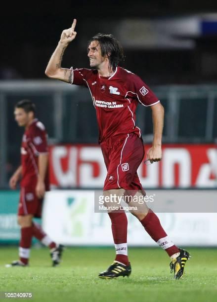 Emiliano Bonazzoli of Reggina Calcio celebrates after scoring the opeing goal of the Serie B match between Reggina Calcio and Pescara Calcio at...