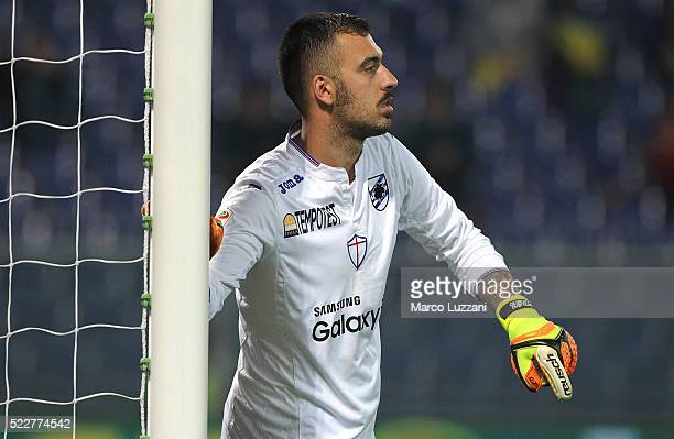 Emiliano Viviano of UC Sampdoria directs his defense during the Serie A match between UC Sampdoria and AC Milan at Stadio Luigi Ferraris on April 17...
