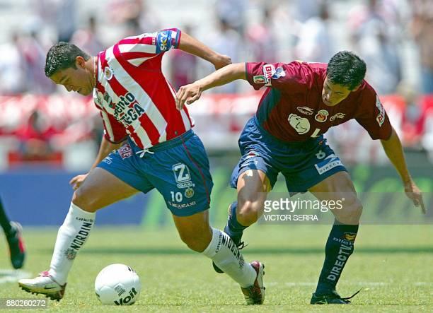 Emilio Mora de Chivas disputa el balon con Jorge Almiron de Morelia en partido valido por la Liguilla del Torneo de Clausura del futbol mexicano en...