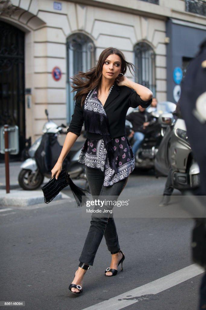 Emily Ratajkowski attends the Altuzarra show on September 30, 2017 in Paris, France.