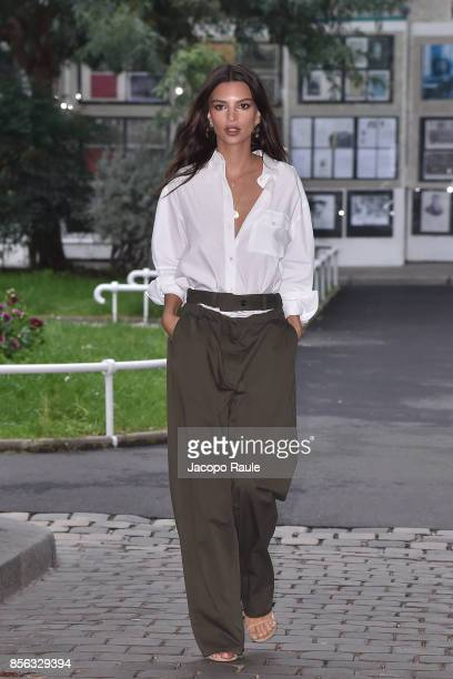 Emily Ratajkowski is seen arrivinga at Valentino show as part of the Paris Fashion Week Womenswear Spring/Summer 2018 on October 1, 2017 in Paris,...