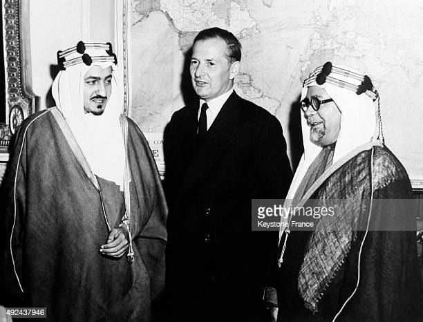 L'emir Faycal le secretaire d'Etat britannique Selwyn Lloyd et Sheikh Hafiz Wahba ambassadeur de l'Arabie Saoudite apres leur rencontre a Londres...