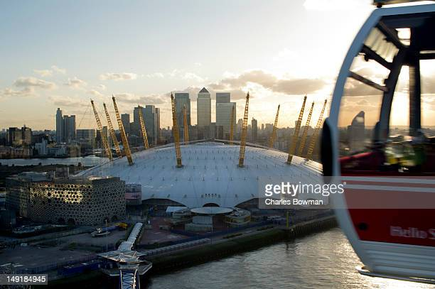 emirates cable cars hang over o2 arena greenwich - 丸屋根 ストックフォトと画像